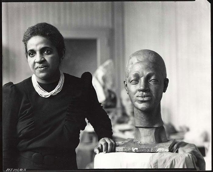 femme-artiste-afro-americaine-Selma_Burke_sculptor_in_her_studio